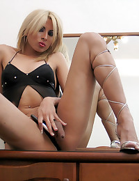 Beautiful Shemale Cougar In Play