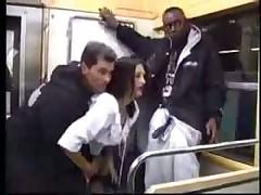 Обслужила мужиков в метро